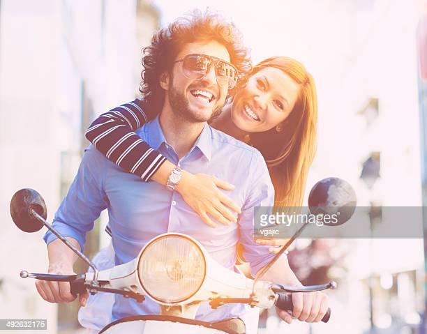 Fröhlich Junges Paar Reiten auf einem Motorrad.