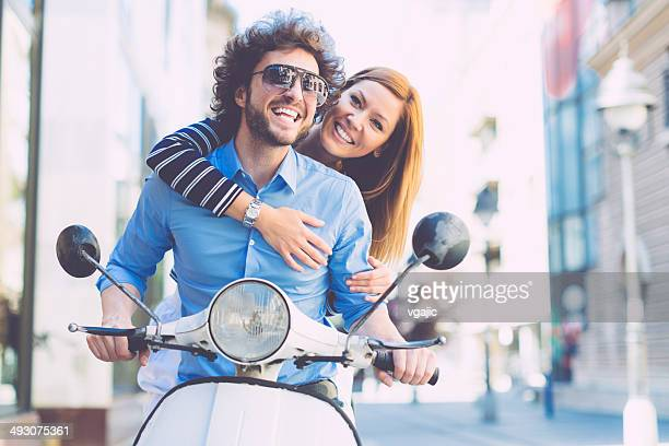 Gai jeune Couple sur une moto.