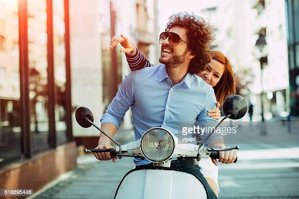 Gai jeune Couple à cheval sur une moto.