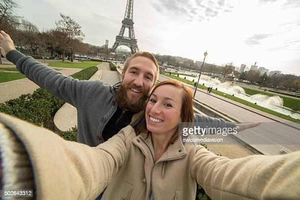Gai jeune couple tient selfie portrait de la tour Eiffel, à Paris