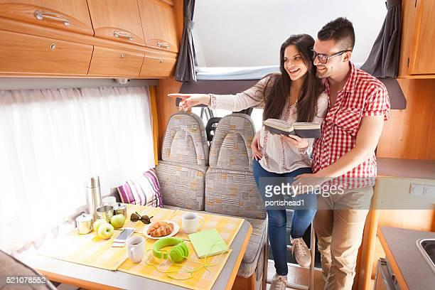 Fröhliche junge couplehaving Spaß in eine ausgelassene