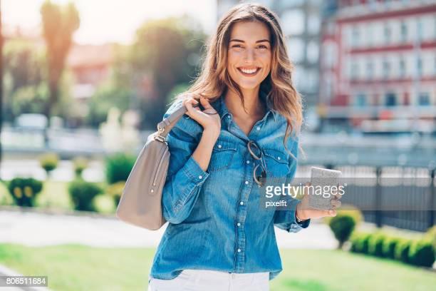 Vrolijke jonge vrouw op stedelijke omgeving
