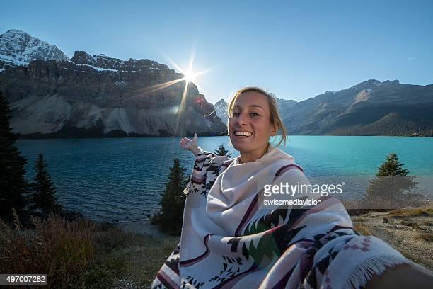 Gaie jeune femme sur le lac prenant un selfie portrait