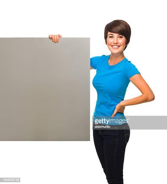 陽気な若い女性のプラカードを持つ