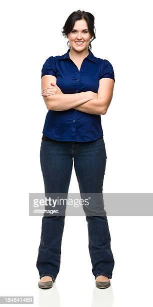 Alegre mujer joven de pie con los brazos cruzados