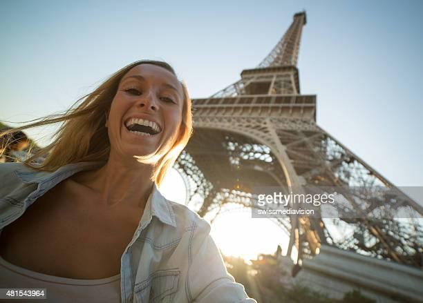 Joyeuse Jeune femme prenant selfie à Paris, tour Eiffel