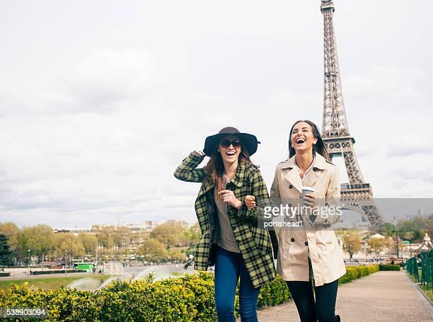 Fröhliche junge Frauen Spaß haben vor Eiffelturm