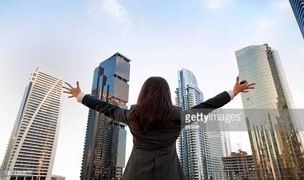 Tifo donna d'affari celebrando il successo
