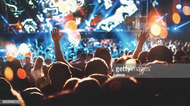 Acclamations de la foule lors d'un concert.
