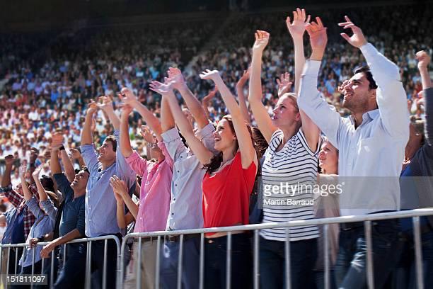 Acclamations de la foule sur le stade