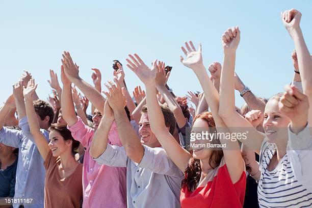 Jubeln der Zuschauer mit Arme hoch