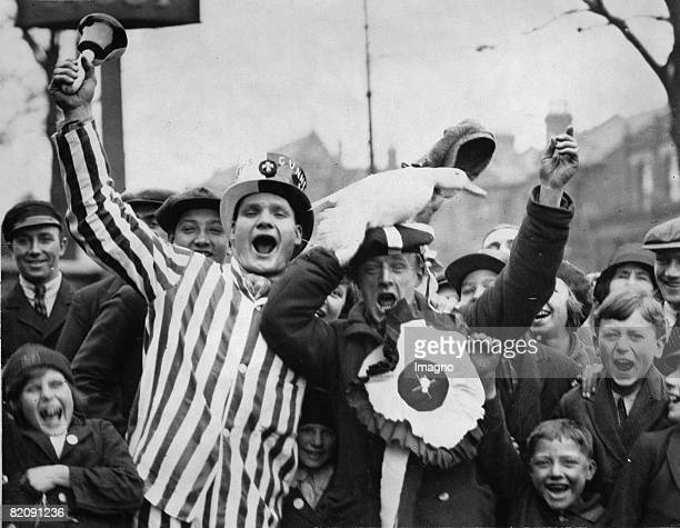 Cheering soccer fans with a duck London England Photograph April 26th 1930 [Jubelnde Fuballfans des FC Arsenal mit einer Ente vor dem FA Cup Finale...