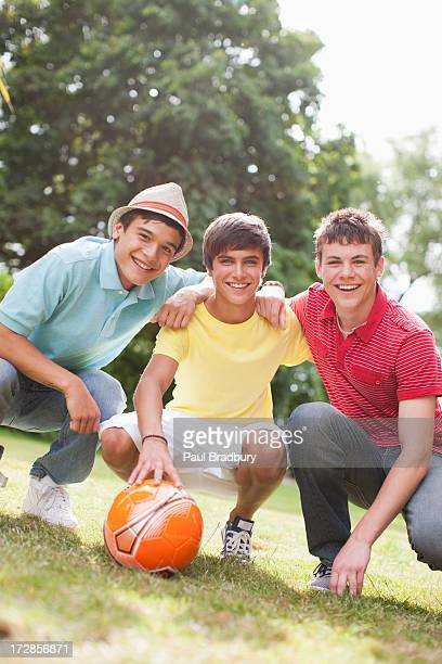 Jubeln teenage boys mit Fußball ball