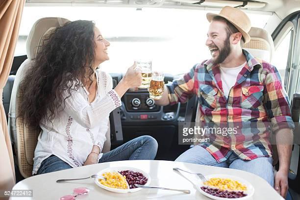 Cheers mit Bier in eine ausgelassene