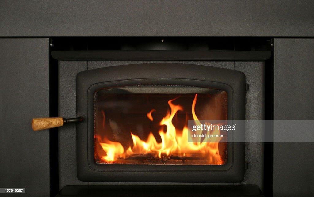 Freundliche Feuer Brennen im Kamin Einsatz