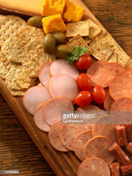 Schale mit Käse und Fleisch
