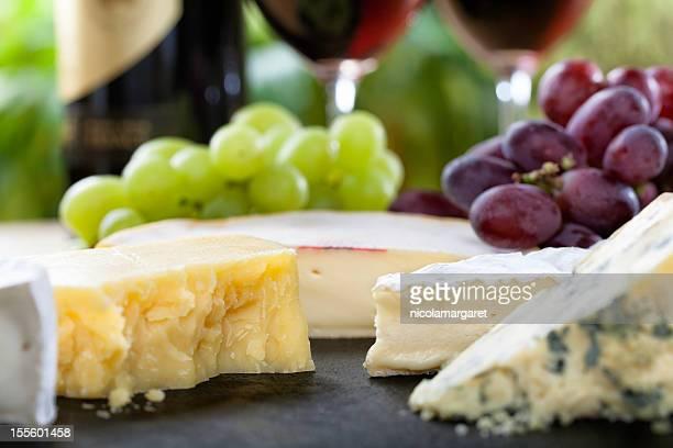 Plateau de fromages et du vin rouge des gros plan