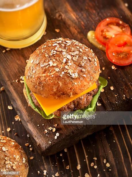 Cheeseburger und ein Bier auf rustikalen Holz Schneidebrett