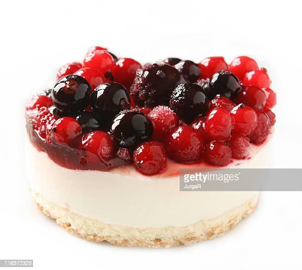Käsekuchen Dessert mit roten Beeren auf weißem Hintergrund