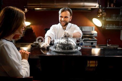 Chef cuisinier plat de pr sentation au client photo for Cuisinier 32 etoiles