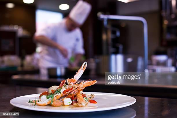 Chef cucinare nella cucina del ristorante