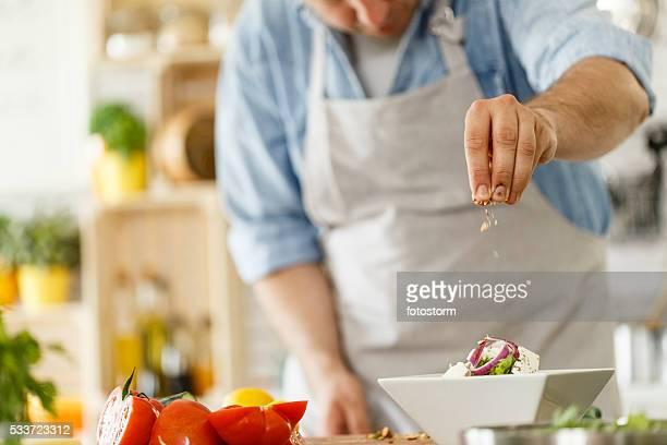 Cozinheiro chefe Enfeitar um prato de salada saudável