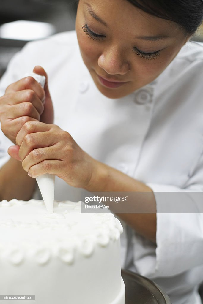 Chef icing cake, close-up : Stock Photo