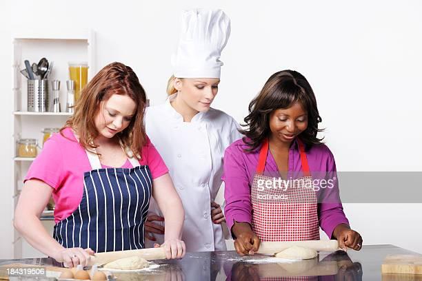 Chefkoch/Schulungsleiter ermutigende Appentices/Studenten In eine Gewerbliche Küche