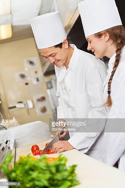 Chefkoch mentor für Jugendliche auf die Zubereitung von Speisen