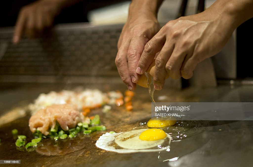 A chef prepares food for his customers at a restaurant in Kuala Lumpur on November 22, 2012. According to the Malaysia tourism ministry the food and beverage sector contributed 17.5 percent of the total revenue generated by the country's tourism industry last year. AFP PHOTO / Saeed KHAN