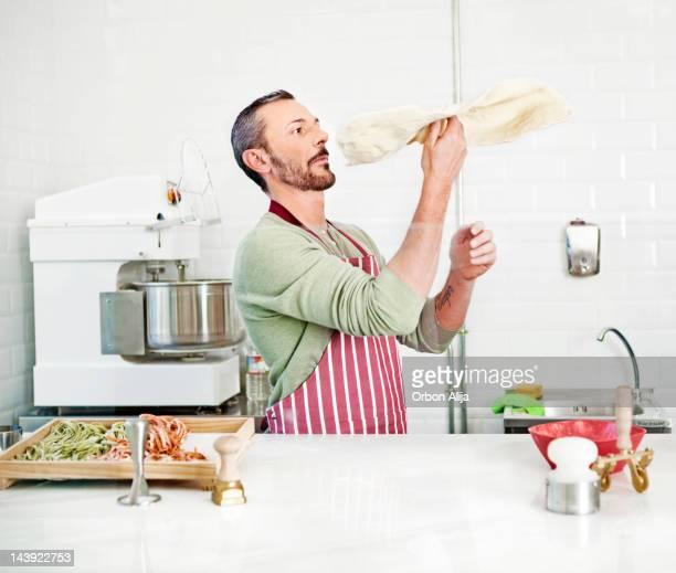 Küchenchef bereitet eine pizza