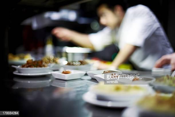 Le Chef prépare des plats