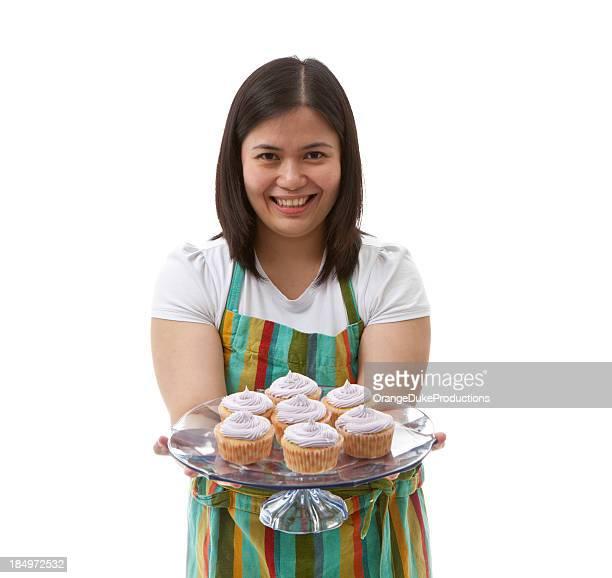 Chefe de cozinha apresentando o copo-Bolos
