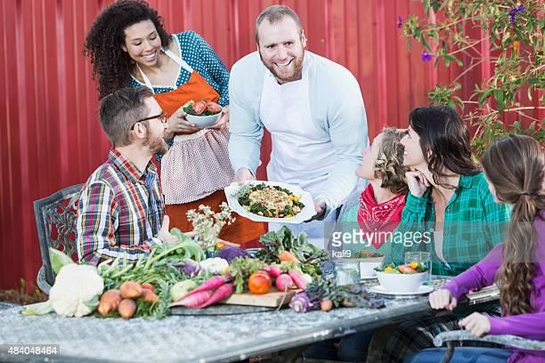 Le Chef propose des plats locaux de groupe de personnes