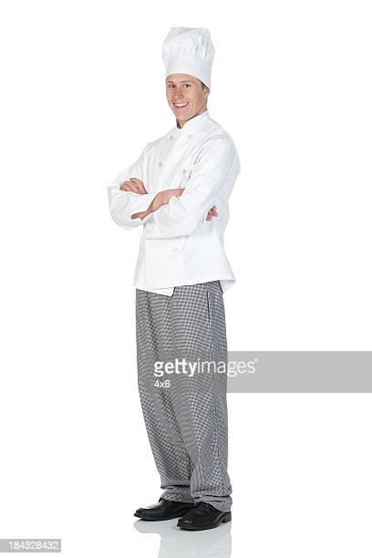 Chef de pie con los brazos cruzados