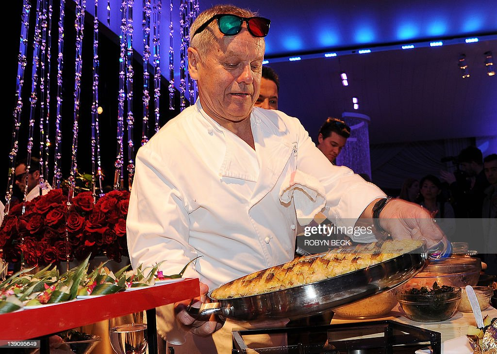 Chef Wolfgang Puck holds a casserole of macaroni and cheese, one of the 'comfort food' items on the menu for the Academy Awards Governor's Ball, at a food and beverage media preview on February 16, 2012 in Hollywood, Calfornia. The 84th annual Academy Awards will take place on February 26 in Hollywood. AFP PHOTO / Robyn Beck