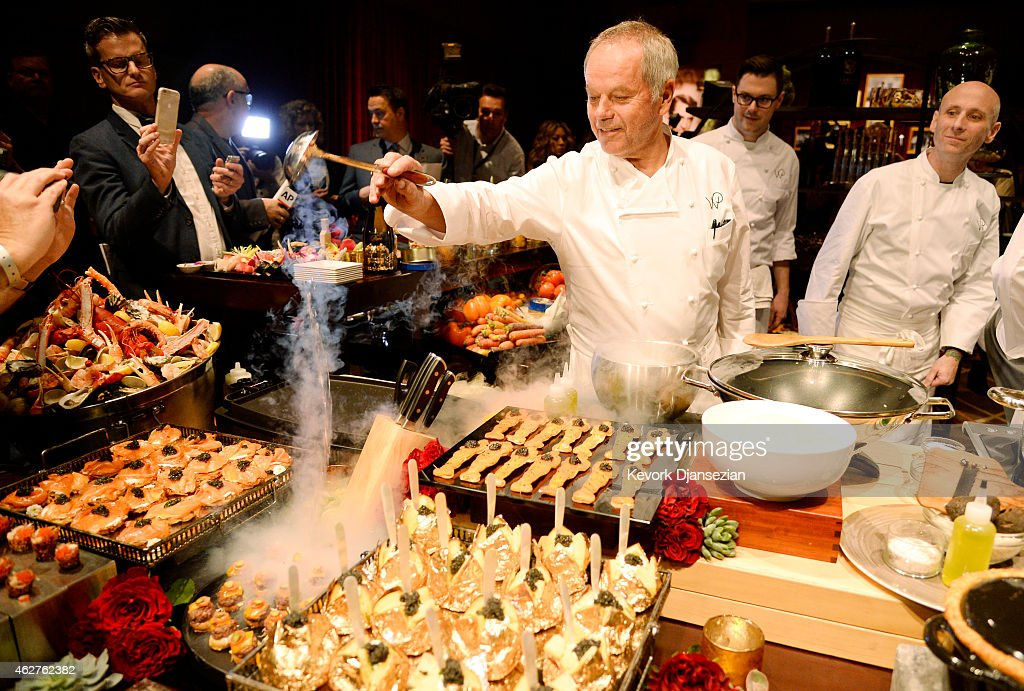 Chef <a gi-track='captionPersonalityLinkClicked' href=/galleries/search?phrase=Wolfgang+Puck&family=editorial&specificpeople=157523 ng-click='$event.stopPropagation()'>Wolfgang Puck</a> prepares food during the 87th Annual Academy Awards Governors Ball preview on February 4, 2015 in Los Angeles California.
