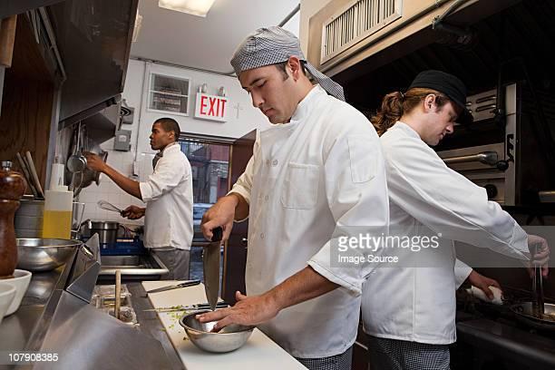 Cuisinier travaillant en cuisine commerciale