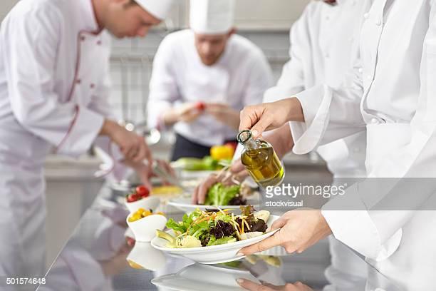 Köche bereiten Salate