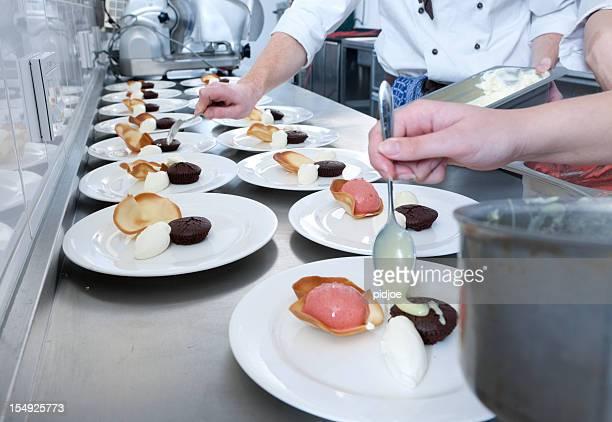 Les chefs préparer le dessert dans la cuisine du restaurant XXXL image