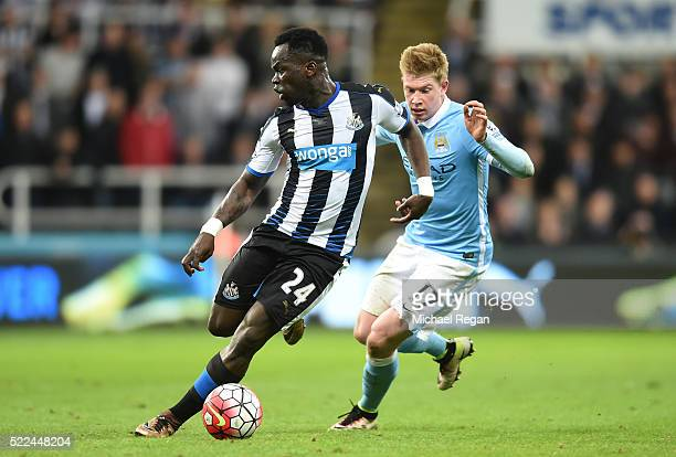 Cheik Ismael Tiote of Newcastle United is pursued by Kevin de Bruyne of Manchester City during the Barclays Premier League match between Newcastle...