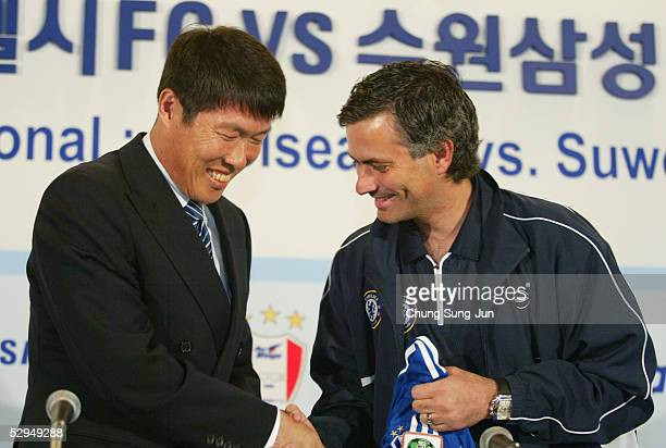 Chelsea FC coach Jose Mourinho shakes hands with Samsung Bluewing coach Cha BumKun during a press conference at the Shilla hotel on May 19 2005 in...