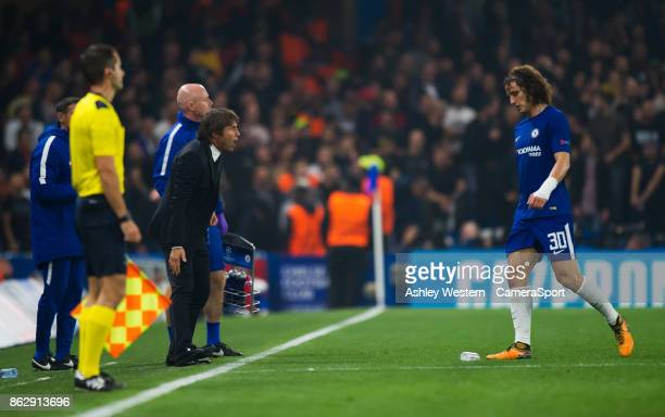 Chelsea manager Antonio Conte has words with David Luiz during the UEFA Champions League group C match between Chelsea FC and AS Roma at Stamford...