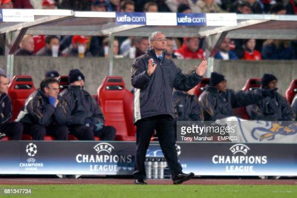 Chelsea manager Claudio Ranieri shouts instructions from the sideline