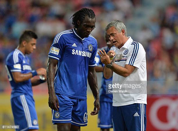 Chelsea manager Jose Mourinho chats with Romelu Lukaku on the touchline