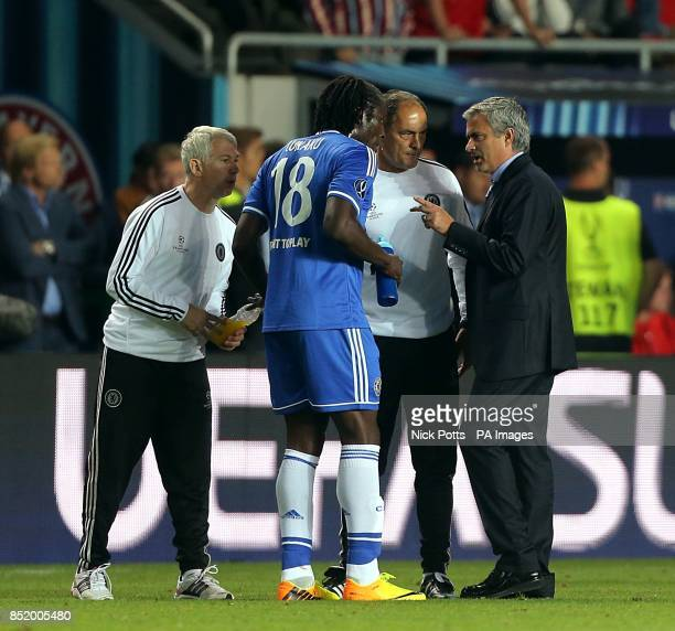 Chelsea manager Jose Mourinho speaks with Romelu Lukaku