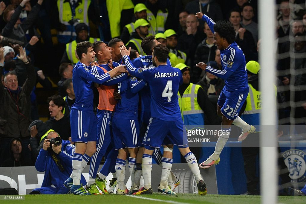 Chelsea players celebrates after Chelsea's Belgian midfielder Eden Hazard scored their second goal during the English Premier League football match between Chelsea and Tottenham Hotspur at Stamford Bridge in London on May 2, 2016. / AFP / GLYN KIRK / RESTRICTED TO EDITORIAL USE. No use with unauthorized audio, video, data, fixture lists, club/league logos or 'live' services. Online in-match use limited to 75 images, no video emulation. No use in betting, games or single club/league/player publications. /