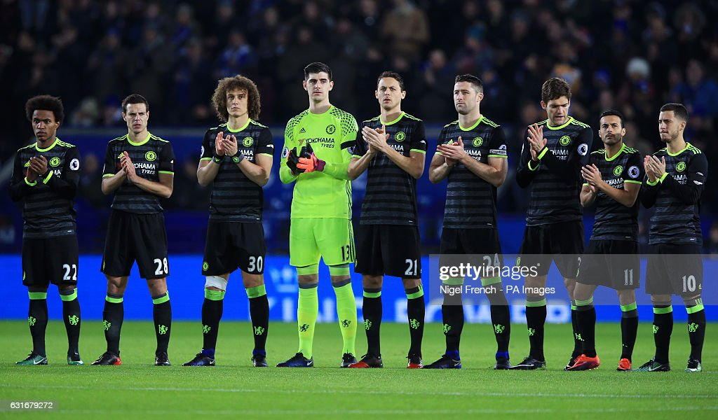 Hilo del Chelsea Chelsea-players-observe-a-minutes-silence-in-tribute-to-graham-taylor-picture-id631679272