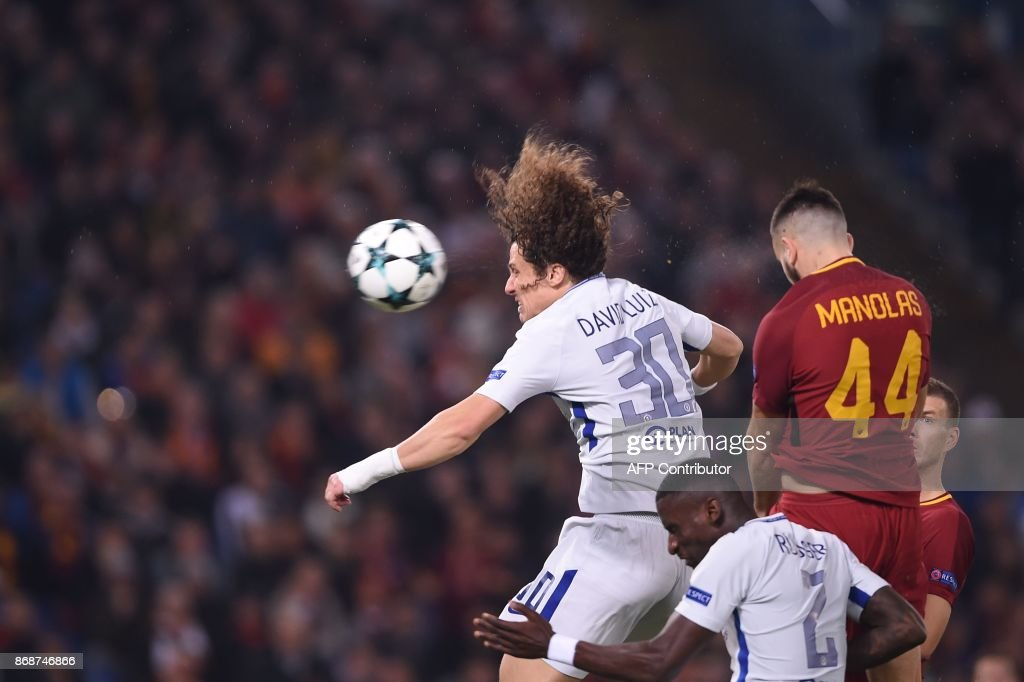 Chelsea's Brazilian defender David Luiz (L) heads the ball next to Roma's Greek defender Kostas Manolas during the UEFA Champions League football match AS Roma vs Chelsea on October 31, 2017 at the Olympic Stadium in Rome. / AFP PHOTO / Filippo MONTEFORTE