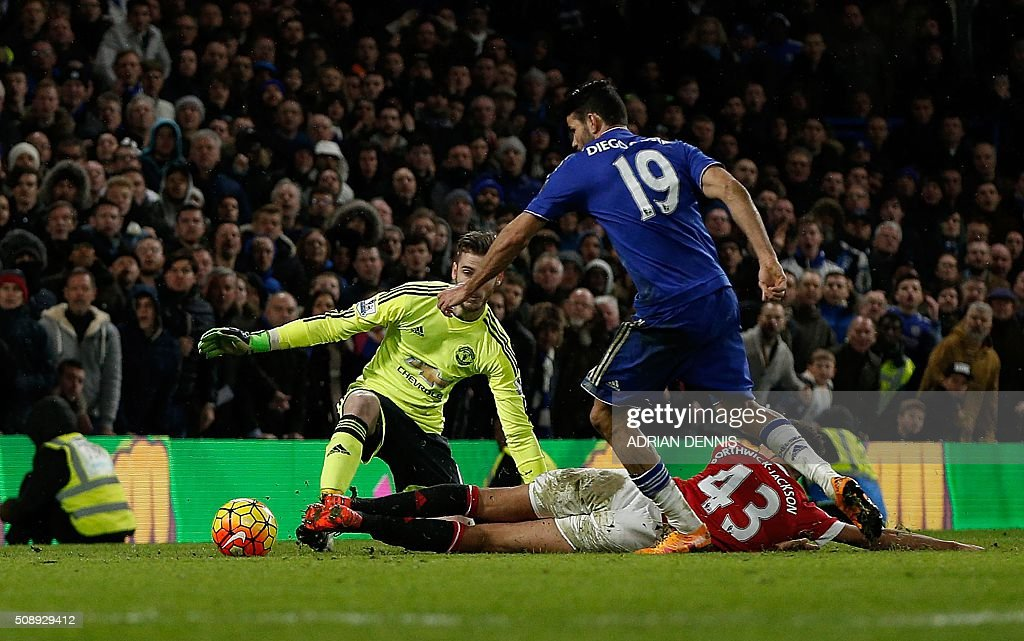 Chelsea's Brazilian-born Spanish striker Diego Costa (C) rounds Manchester United's English defender Cameron Borthwick-Jackson and Manchester United's Spanish goalkeeper David de Gea (L) to score during the English Premier League football match between Chelsea and Manchester United at Stamford Bridge in London on February 7, 2016. / AFP / ADRIAN DENNIS / RESTRICTED TO EDITORIAL USE. No use with unauthorized audio, video, data, fixture lists, club/league logos or 'live' services. Online in-match use limited to 75 images, no video emulation. No use in betting, games or single club/league/player publications. /